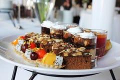 Различные десерты на плите стоковые изображения
