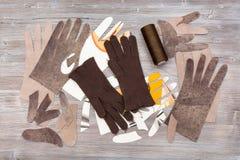 Различные детали для продукции перчаток на таблице Стоковые Фото