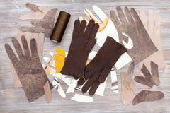 Различные детали для продукции перчаток на таблице Стоковое Изображение RF