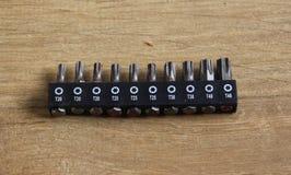 Различные длины сверля битов машины на деревянной предпосылке стоковая фотография rf