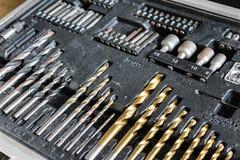 Различные длины сверля битов машины на деревянной предпосылке стоковые фотографии rf