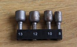 Различные длины сверля битов машины на деревянной предпосылке стоковое изображение