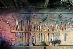 Различные животные черепа и вооружение, украшение для longhouse, Longwa, Nagaland, Индии стоковое фото