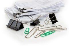 Различные зажимы связывателя и бумажные зажимы против binded documen Стоковая Фотография