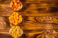 Различные закуски для пива на деревянном столе Взгляд сверху Стоковые Фотографии RF