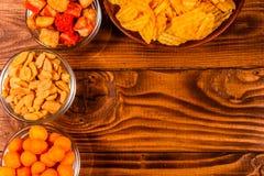 Различные закуски для пива на деревянном столе Взгляд сверху Стоковая Фотография