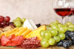 Различные закуски и запачканные стекла вина стоковое фото