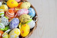 Различные изменения пасхальных яя в плетеной плите на светлой предпосылке Стоковые Изображения