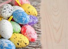 Различные изменения пасхальных яя в плетеной плите на светлой предпосылке Стоковая Фотография RF