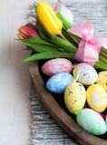 Различные изменения пасхальных яя в плетеной плите на светлой предпосылке Стоковое Изображение RF