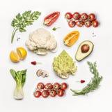 Различные ингридиенты свежих овощей на белой предпосылке, взгляд сверху, плоском положении Стоковое фото RF