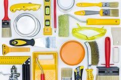 Различные инструменты и аксессуары картины на белом деревянном столе H Стоковая Фотография