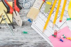 Различные инструменты конструкции, деревянная предпосылка Стоковая Фотография