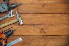 Различные инструменты на деревянной предпосылке стоковые фото