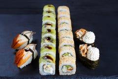 Различные комплект суш nigiri, gunkan и maki свертывают на черном ston Стоковые Изображения RF