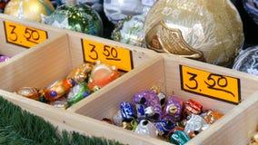 Различные красивые шарики и игрушки рождества для того чтобы украсить ель рождества на счетчике рынка Надпись на немецком акции видеоматериалы