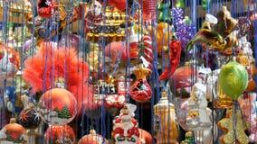 Различные красивые шарики и игрушки рождества для того чтобы украсить ель рождества на счетчике рынка сток-видео