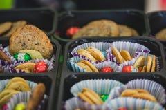 Различные красочные печенья в бумаге и подносах, хрустящем десерте для детей стоковое фото