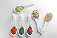Различные красочные порошки superfood в керамических ложках Стоковое фото RF
