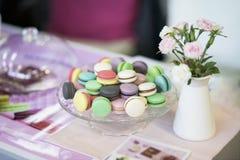 Различные красочные macarons, весна цветут, розы, предпосылка предложения розовая Романтичное утро, подарок, присутствующий для л Стоковое Фото