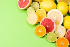 Различные куски плодоовощ, мандарина и грейпфрута лимона лежат совместно в угле Стоковая Фотография RF