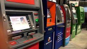 Различные машины ATM банка ждать клиентов в аэропорте видеоматериал
