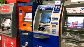 Различные машины ATM банка ждать клиентов в аэропорте сток-видео