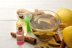 Различные медицины для гриппа и холодные выходы на белом деревянном столе холодно заболевания холодно грипп стоковые фото