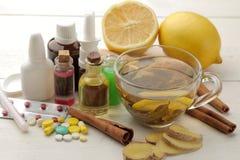 Различные медицины для гриппа и холодные выходы на белом деревянном столе холодно заболевания холодно грипп стоковое фото rf