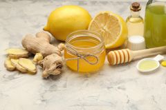 Различные медицины для гриппа и холодные выходы на белом деревянном столе холодно заболевания холодно грипп стоковые изображения rf