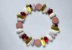 Различные медицины, капсулы и пилюльки организованные в круге Стоковое Изображение