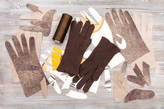 Различные объекты для продукции перчаток на таблице Стоковые Фотографии RF