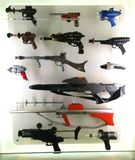 Различные оружи и оружия научной фантастики в экспонате научной фантастики на MoPOP в Сиэтл стоковое изображение