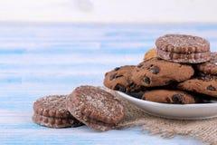 Различные печенья в плите на голубой таблице с салфеткой Печь вкусно установьте текст стоковые изображения