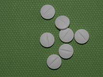 Различные пилюльки на зеленой предпосылке стоковое фото