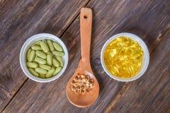 Различные пищевые добавки на деревянной предпосылке стоковые изображения rf