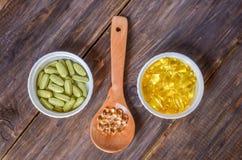 Различные пищевые добавки на деревянной предпосылке стоковое изображение rf