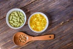 Различные пищевые добавки на деревянной предпосылке стоковые изображения