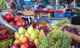 Различные плодоовощи на испанском счетчике рынка Стоковые Изображения