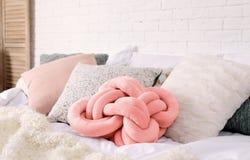 Различные подушки на кровати в комнате Идея для интерьера стоковые фото
