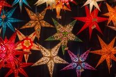 Различные покрашенные звезды рождества на рождественской ярмарке Стоковая Фотография
