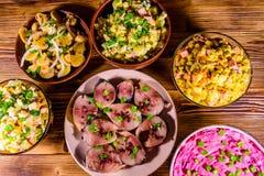 Различные праздничные блюда на деревянном столе Взгляд сверху стоковые фотографии rf