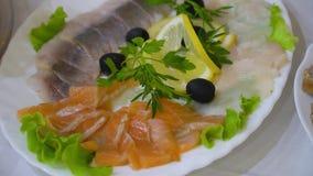 Различные рыбы, оливки и лимон на плите catering акции видеоматериалы