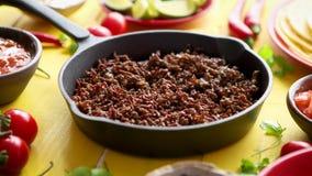 Различные свежие и вкусные ингредиенты для carne жулика чилей С мясом на лотке утюга видеоматериал