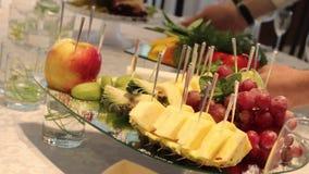 Различные свежие фрукты на таблице шведского стола свадьбы Плодоовощи и ягоды Wedding украшение таблицы Свадьба, Новый Год акции видеоматериалы