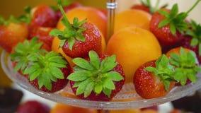 Различные свежие фрукты на таблице шведского стола видеоматериал