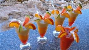 Различные свежие экзотические коктейли или соки в стекле с соломой на Адвокатуре пляжа Египет, Красное Море видеоматериал