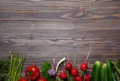 Различные специи в деревянных ложках на темной коричневой предпосылке Разные виды паприки и перчинки стоковое фото rf