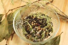 Различные специи и травы в стеклянной вазе Стоковая Фотография