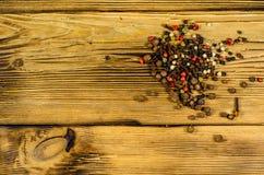 Различные специи перца на деревянном столе Взгляд сверху Стоковая Фотография